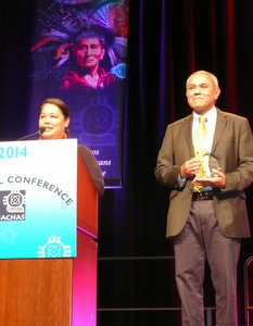 Medina receives mentoring award at SACNAS 2014